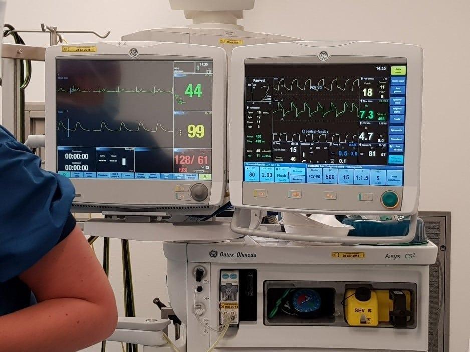 De monitors waarmee Anja in de gaten wordt gehouden tijdens de operatie